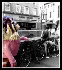 Ein Löwe und ein Flamingo, mitten in der Münchener Fuzo