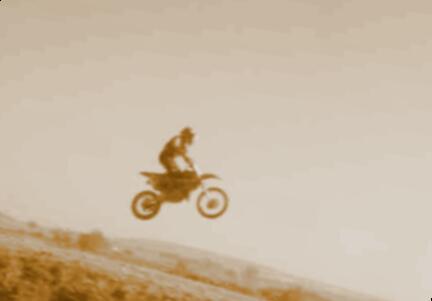 ein mädchen fährt moto-cross