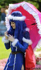 Ein Mädchen mit dem Schirm