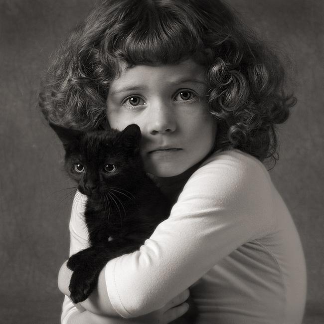 Ein Mädchen und ein Kätzchen