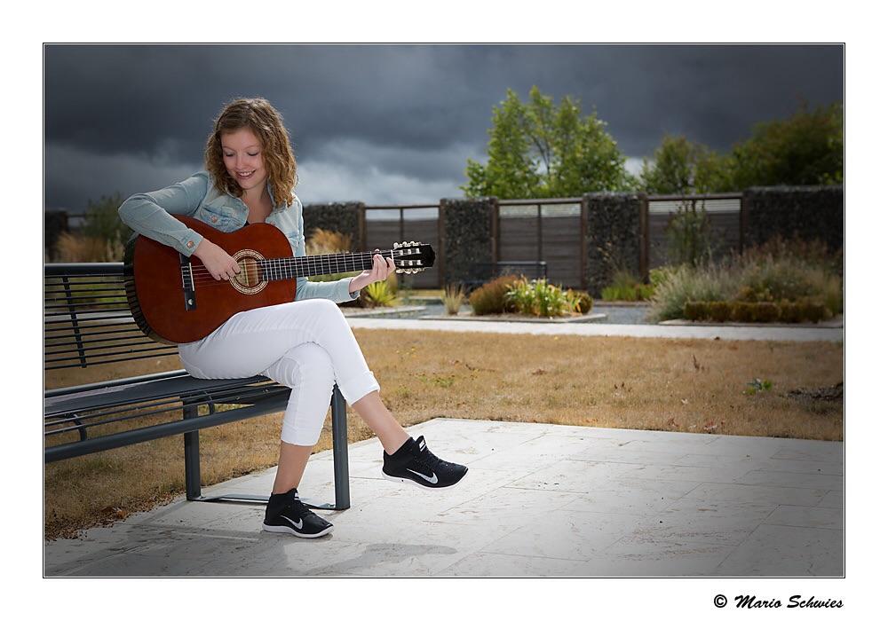Ein Mädchen und ihre Gitarre