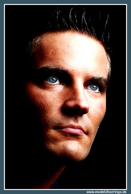 Ein Mann! mit blauen Augen Foto & Bild   portrait