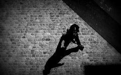 Ein Mann verlässt seinen Schatten