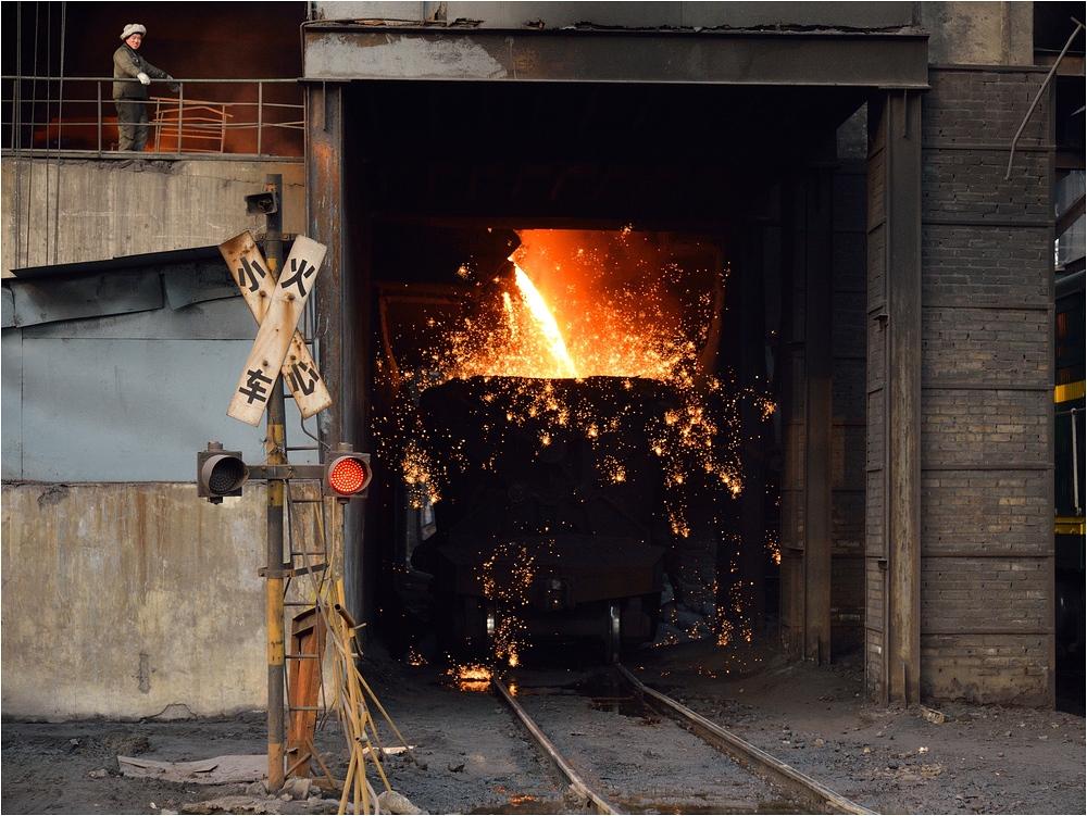 Ein Mensch im Stahlwerk