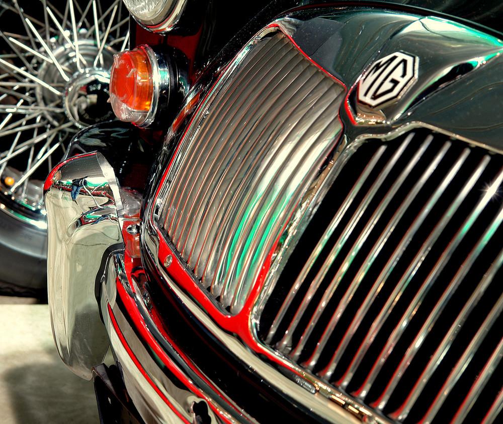 """Ein """"MG"""".....mit sich spiegelndem Ferrari-rot...."""