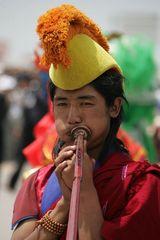 Ein Mönch beim Musizieren