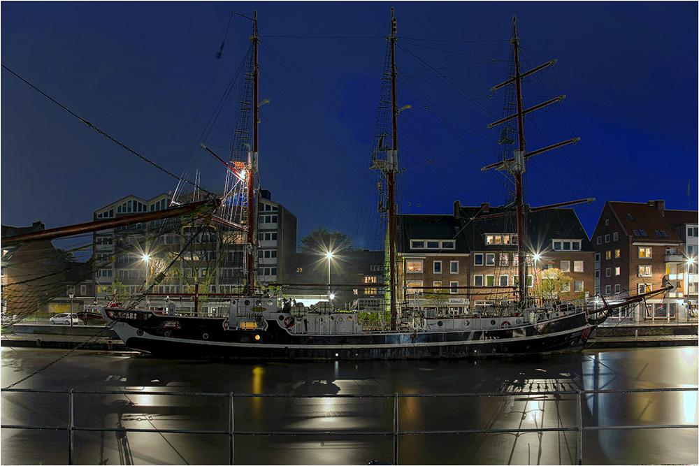 Ein Museumsschiff im Delft von Emden