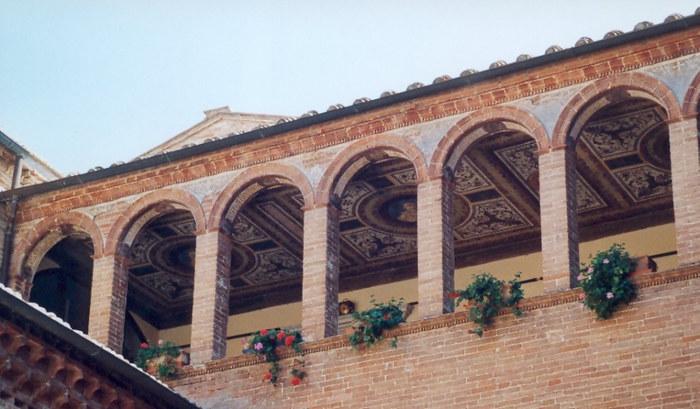 Ein nicht zugänglicher Kreuzgang innerhalb des Klosters