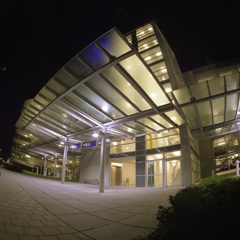 Ein Parkhaus auf dem Flughafengelände von Nürnberg