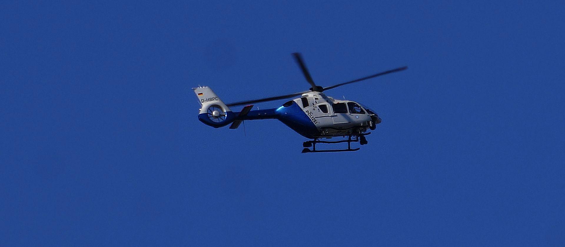Ein Polizei Hubschrauber im Vorbeiflug......