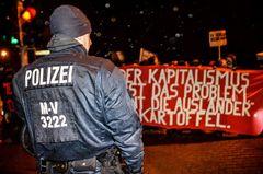 Ein Polizist sichert die Gegendemonstration gegen einen Aufmarsch von MVGIDA (12.1.2015, Stralsund)