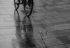 Ein Radler im Regen