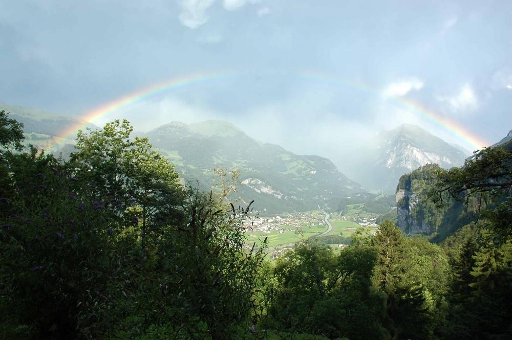 Ein Regenbogen spannt sich über das Tal