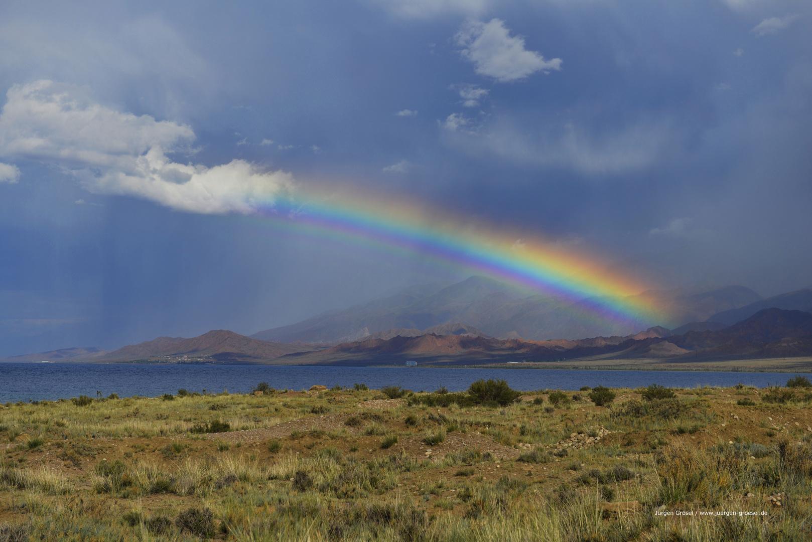 Ein Regenbogen über dem Issyk-Kul-See in Kirgisistan 2015