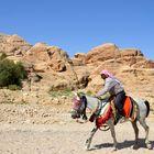 Ein Reiter zeigt in Petra sein Können