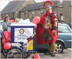 """Ein """"Römer"""" als Eisverkäufer in Corbridge, England"""