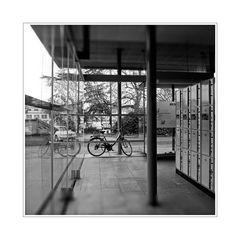 ein ruhiger Raum im Bahnhof mit Schließfächern und Fahrrad