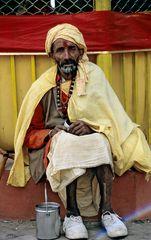 Ein Sadhu im Heiligtum von Budhanilakantha