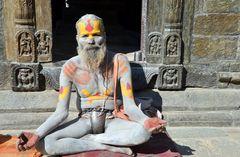 Ein Sadhu in Pashupatinath, Nepals wichtigstem Hindu-Heiligtum
