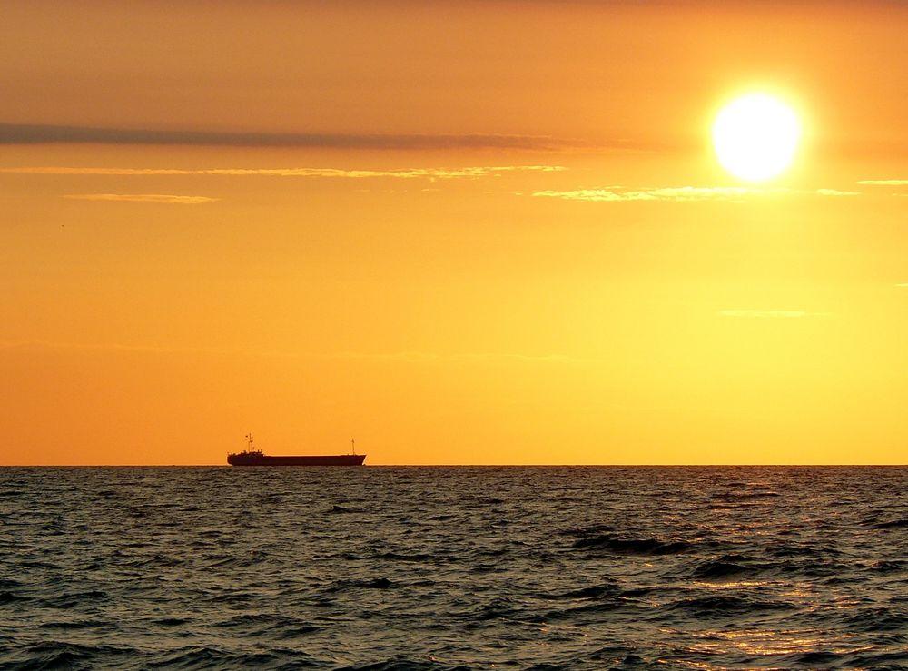 Ein Schiff fährt der Sonne entgegen