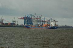 Ein Schiff fährt um die Ecke