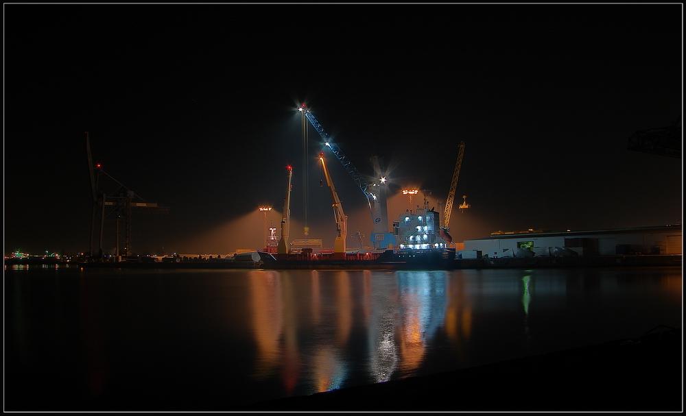 Ein Schiff wird beladen in der Nacht