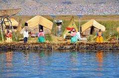 Ein Schilfdorf der Uro-Nachfahren in der Bucht von Puno.