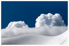 Ein Schneefeld - wolkenbeschichtet