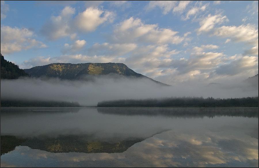 ein see paar wolken bißchen nebel