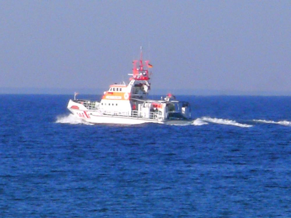 Ein Seenotrettungskreuzer auf Fahrt