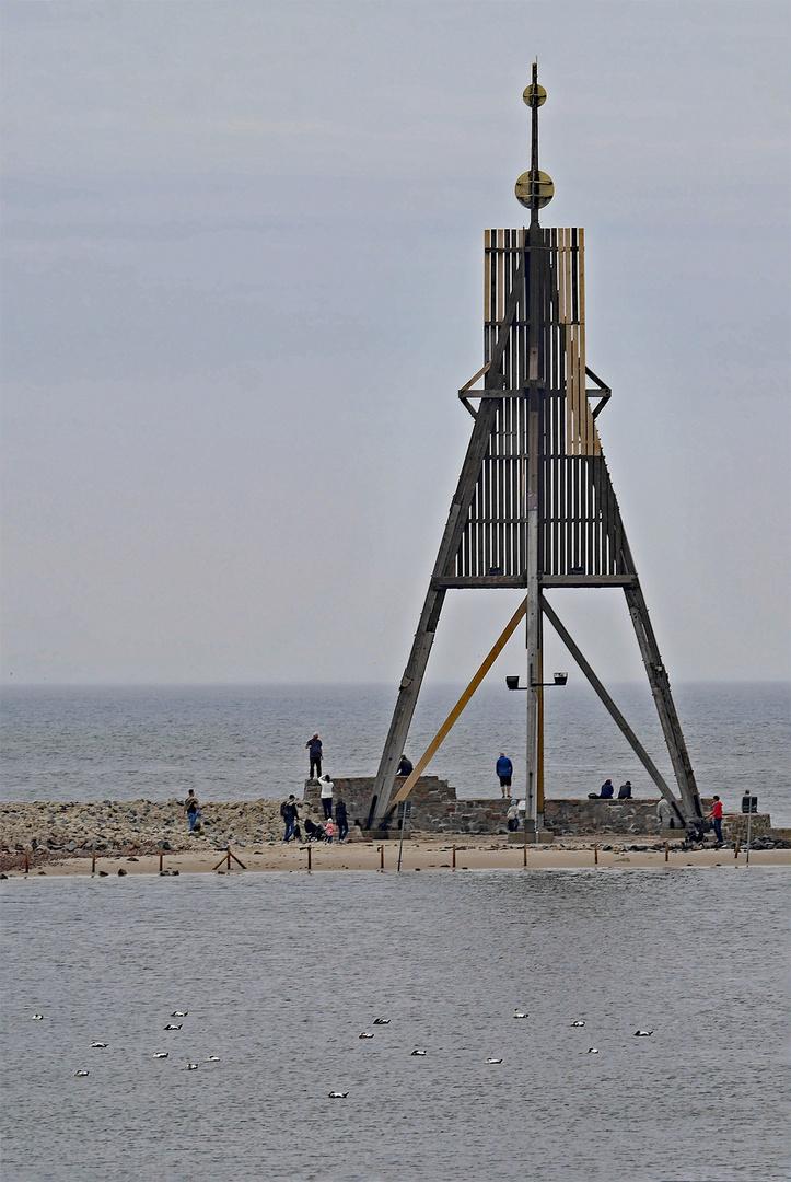 Ein Seezeichen zur Trennung der Außenelbe von der Unterelbe, die hier 18km breit ist.
