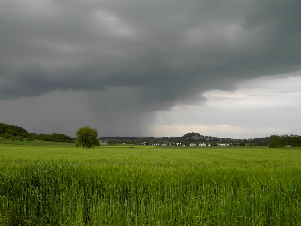 Ein sehr starker Regen kommt übers Land...