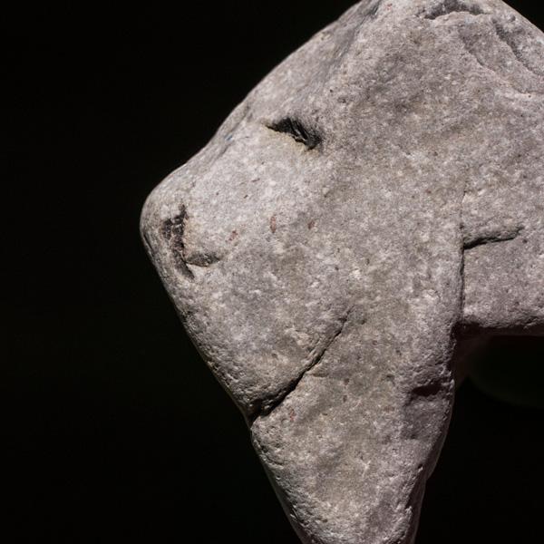 Ein Stein scheint zufrieden
