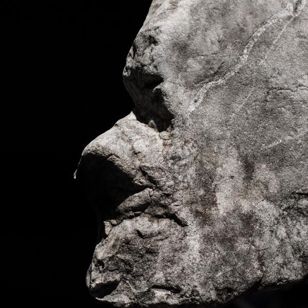 Ein Stein zeigt Präsenz