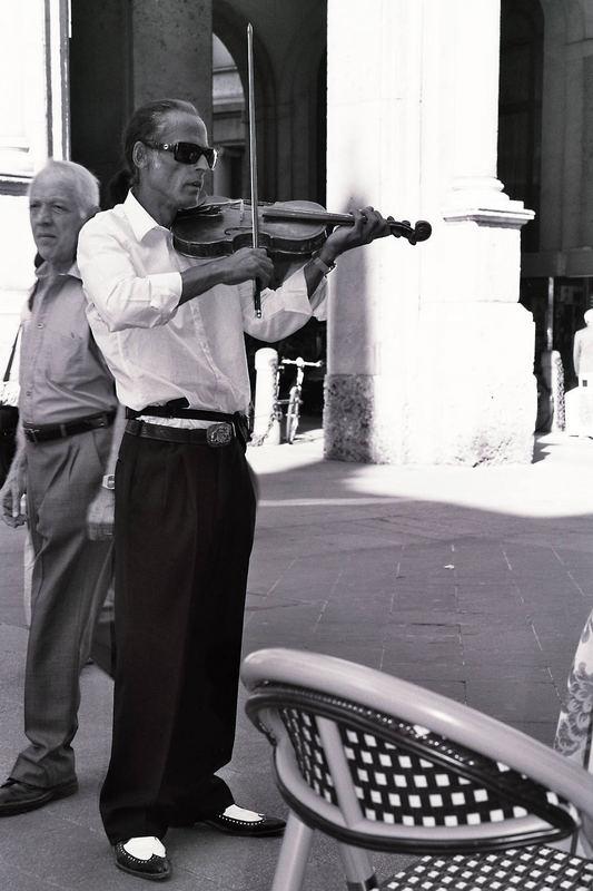 Ein Straßenmusikant mit Stil