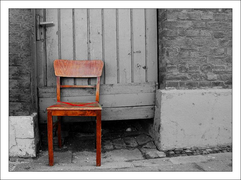 ein stuhl vor der t r foto bild architektur lost places motive bilder auf fotocommunity. Black Bedroom Furniture Sets. Home Design Ideas