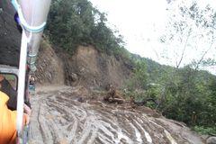 ein Taifun machte die Strasse in 14oo mtr zur Müllhalde