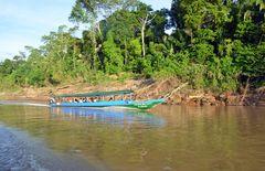 Ein Touristenboot auf dem Rio Tambopata