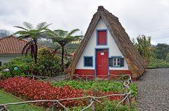 Ein traditionelles Strohhaus in Santana auf Madeira