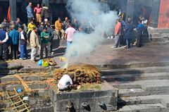 Ein verstorbener Hindu wird in Pashupatinath verbrannt.
