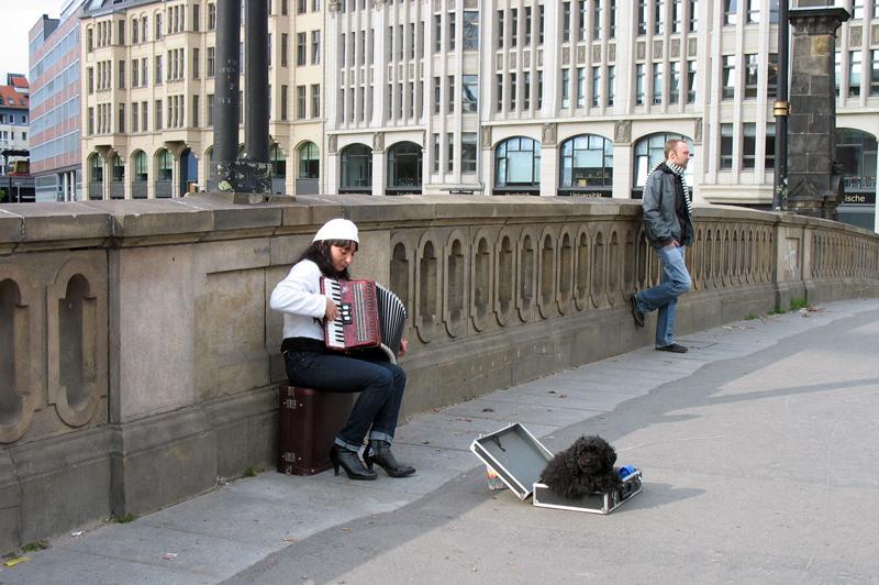 """ein """"wachhund"""". berlin, am 02.05.08, strasseszene an der friedrichsbrücke, museumsinsel"""