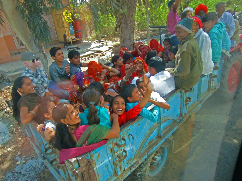 Ein Wagen voller Lebensfreude - unterwegs von Jodhpur nach Udaipur, Indien