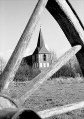Ein Wagenrad mit Kirche