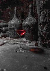 Ein Weinglas mit Erlauer Stierblut