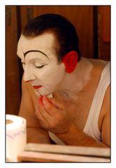ein Weiss-Clown bei der Vorbereitung