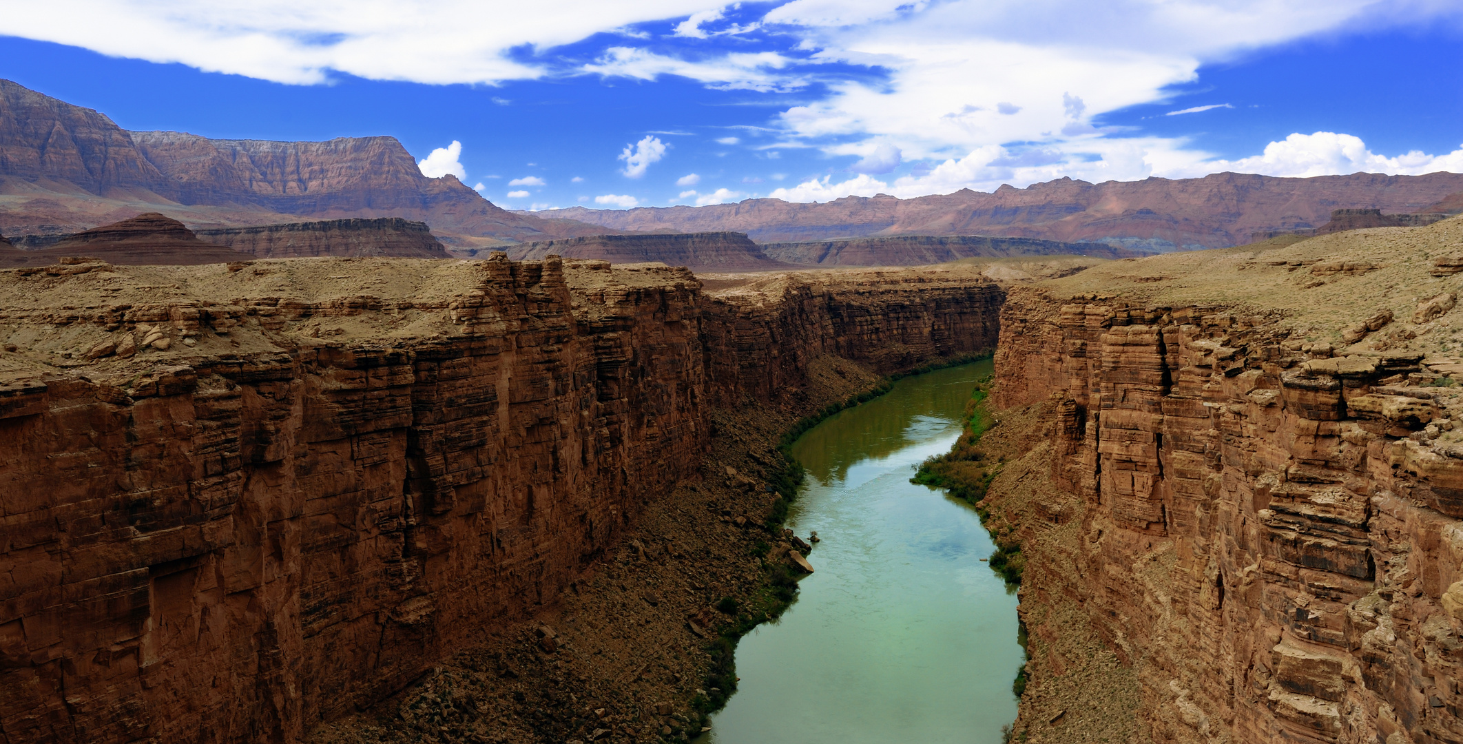 Ein weitläufiger Blick von der Navajo Bridge