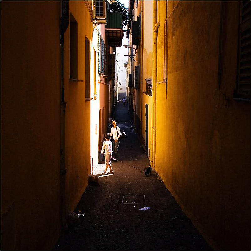 Ein wenig Licht in den dunklen Gassen von Nizza
