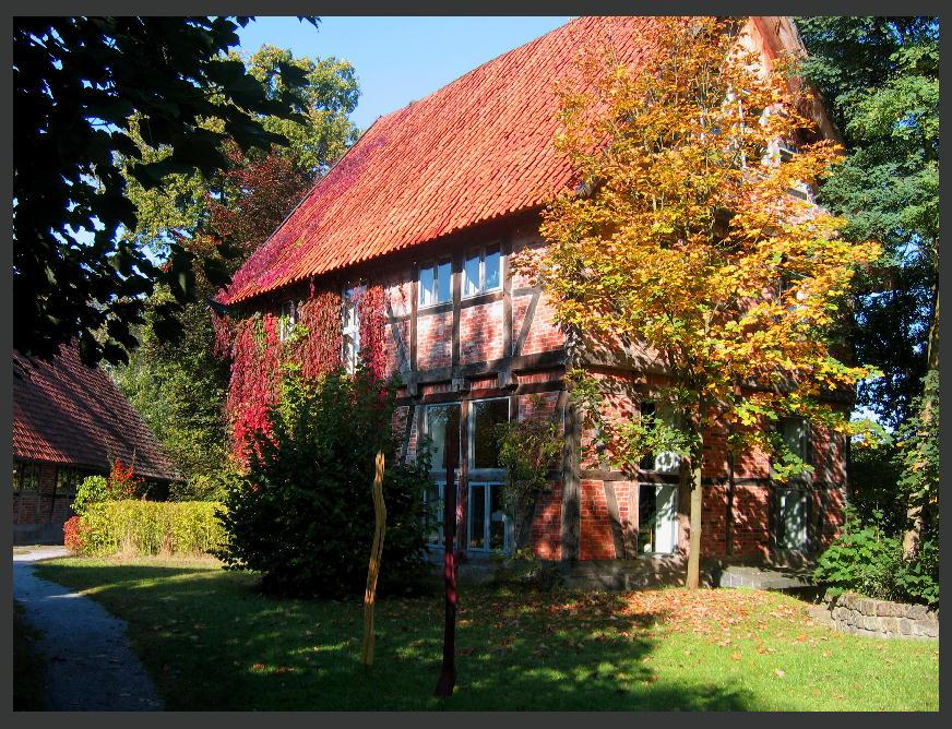Ein wiederaufgebautes Fachwerkhaus in der herbstlichen Lüneburger Heide