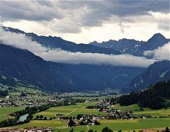 Ein Wolkenband über Mayrhofen