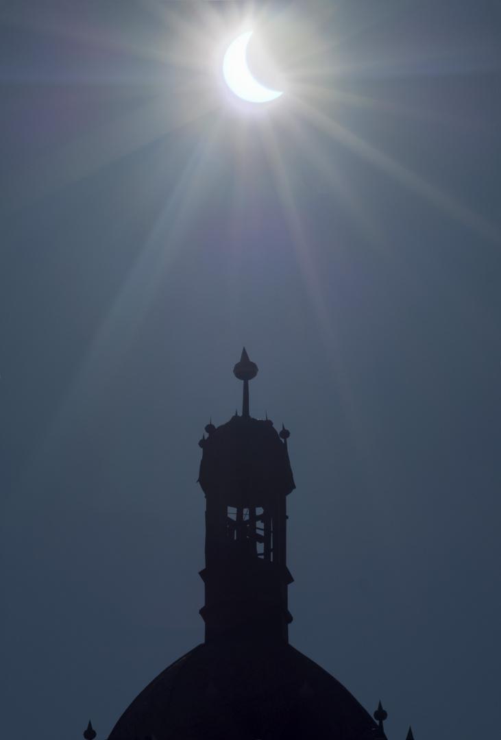Ein Zeichen? Eine Sonnenfinsternis über einem Kirchturm.